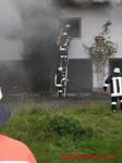 Mit Leitern und Atemschutzgeräten konnte das Feuer von den Fenstern bekämpft werden!